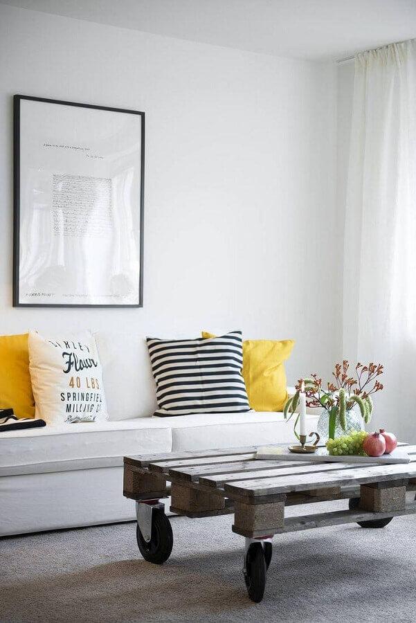 decoração clean com almofadas diferentes para sala de estar branca  Foto Pinterest