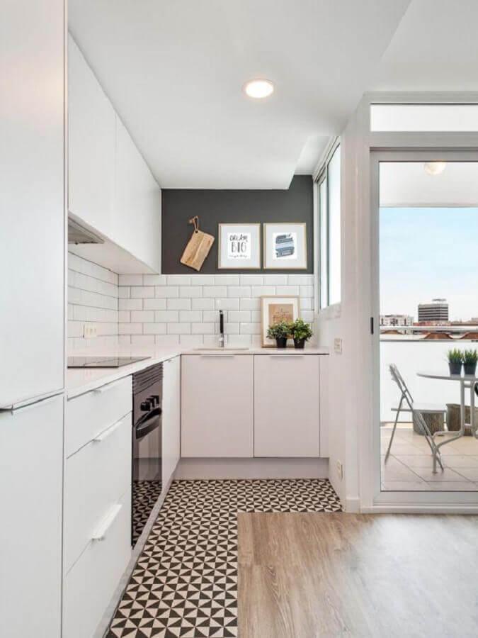 decoração clean com armários brancos e balcão de cozinha de canto Foto Pinterest