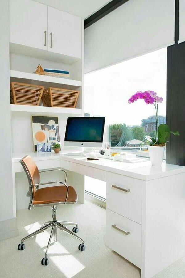 decoração clean com escrivaninha branca planejada e cadeira de estudo com braço Foto Apartment Therapy