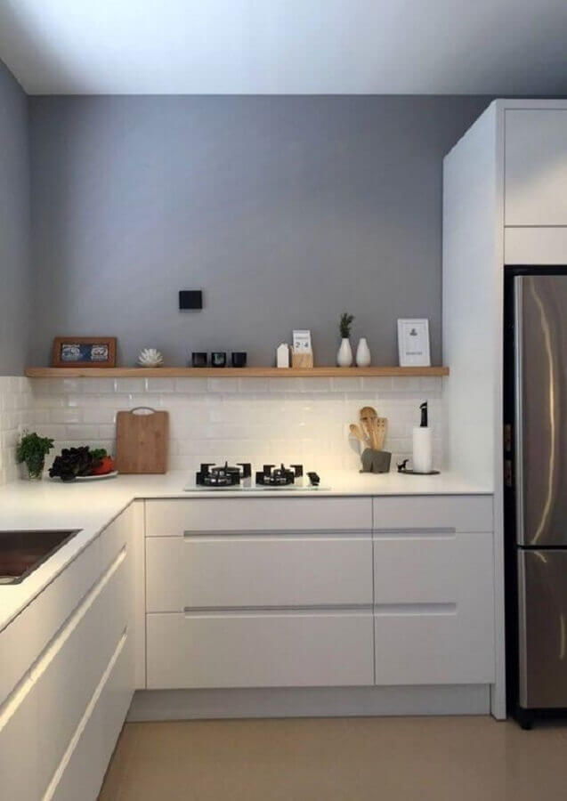 decoração clean com parede cinza para cozinha com balcão de canto Foto Pinterest