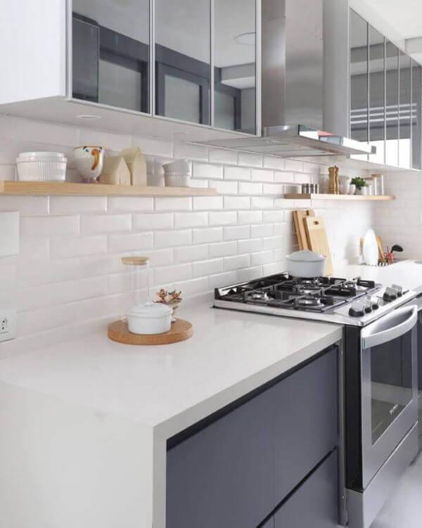 Decoração de cozinha com prateleira de madeira