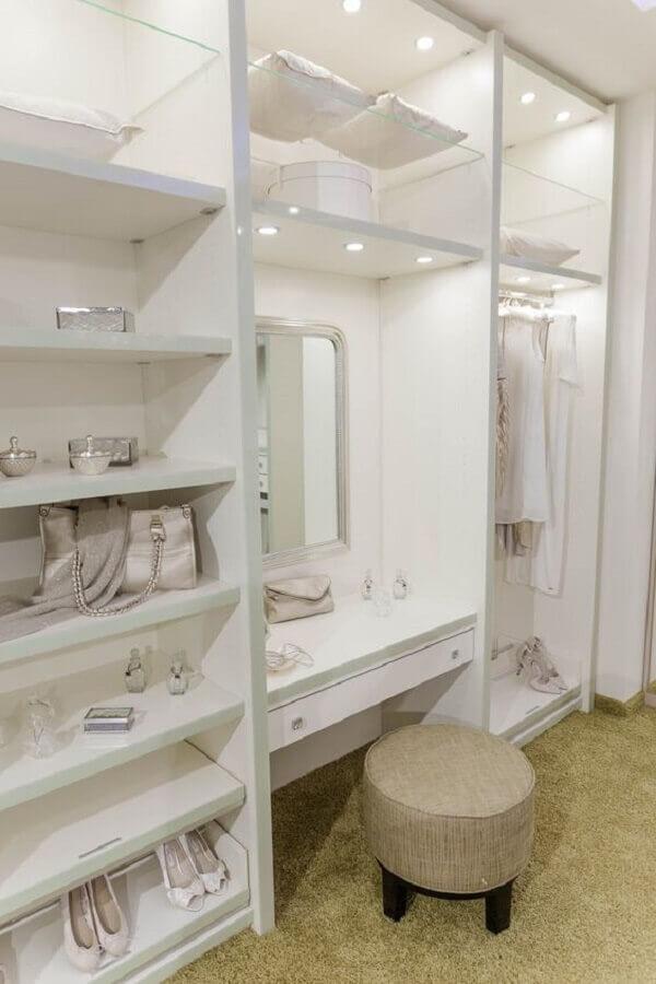 decoração clean com puff redondo para closet com penteadeira embutida Foto Pinterest