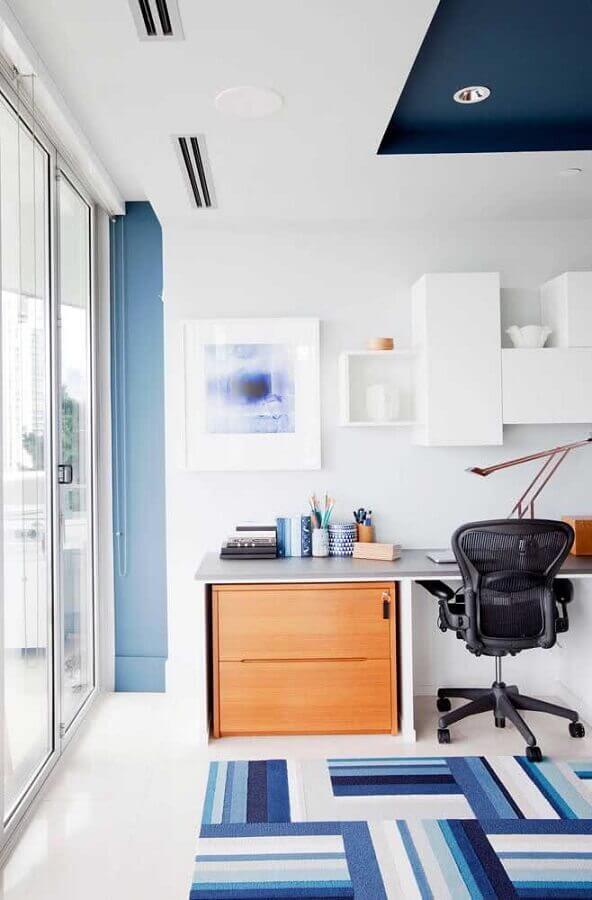 decoração clean com tapete azul geométrico e mesa de estudo com cadeira giratória Foto Architecture Art Designs