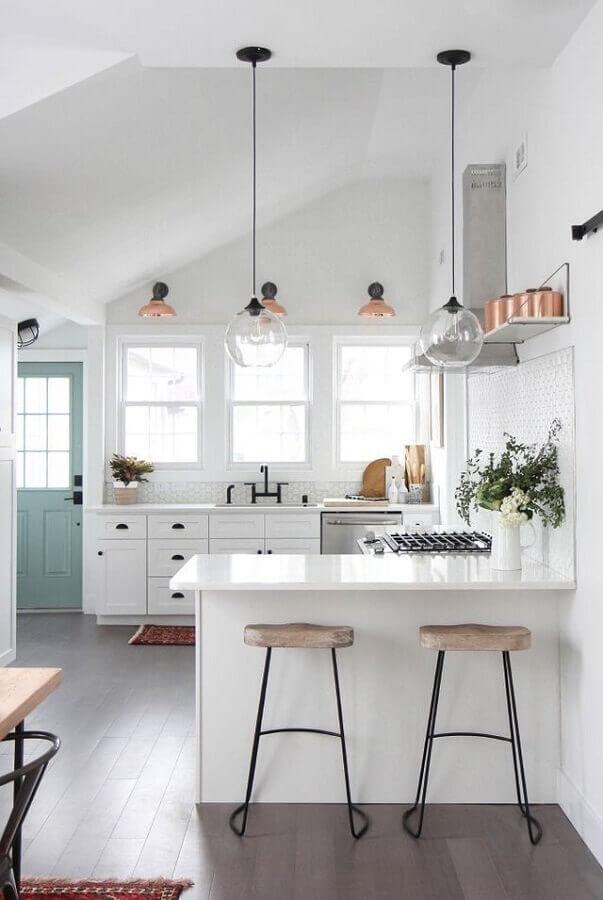 decoração clean para cozinha branca planejada com balcão em U Foto Copeland + Co. Interiors