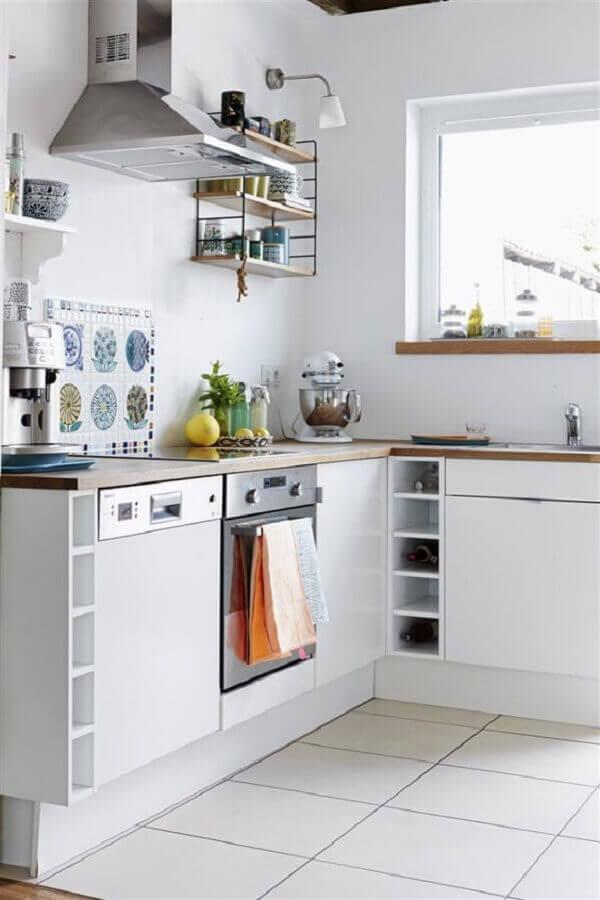 decoração clean para cozinha com balcão de canto de madeira  Foto Editions de l'Arkhan