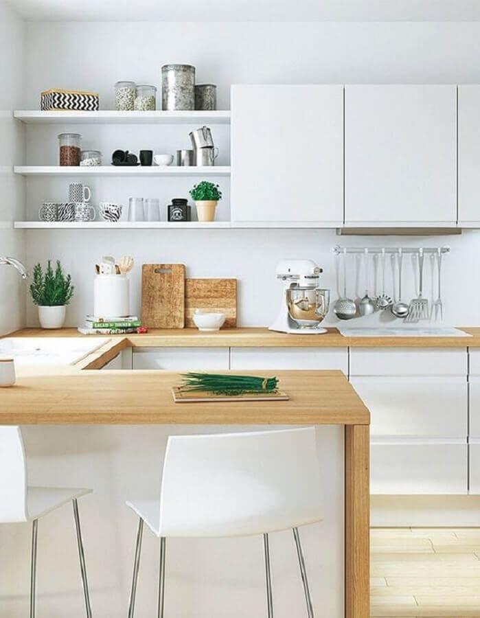 decoração clean para cozinha com balcão de madeira e armários brancos Foto Elle Décoration