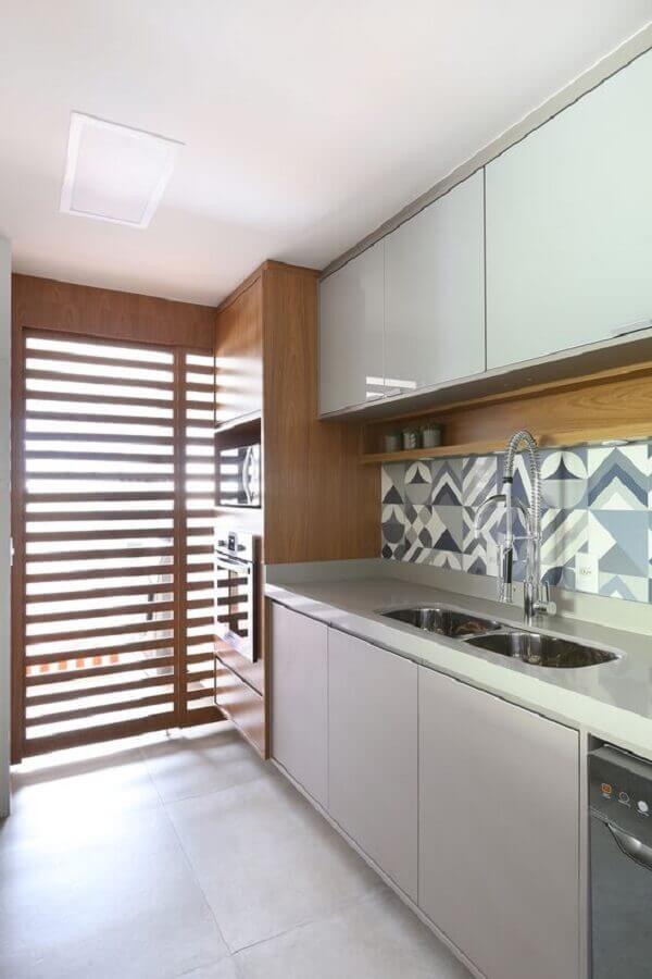 decoração clean para cozinha com revestimento cinza estampado Foto Rúbia M. Vieira Interiores