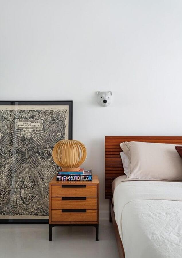 decoração clean para quarto com criado mudo de madeira com gavetas  Foto Histórias de Casa