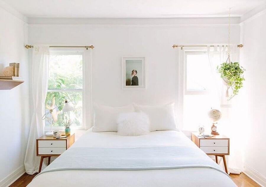 decoração clean para quarto de casal todo branco com criado mudo de madeira retrô Foto Homedit