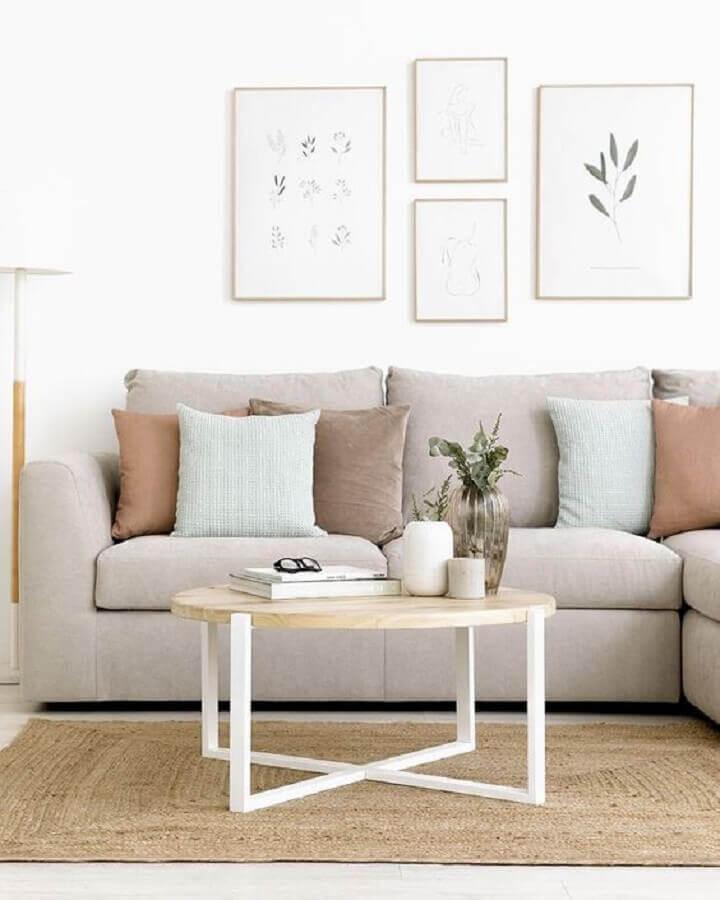 decoração clean para sala com mesa de centro redonda de madeira Foto Kenay Home