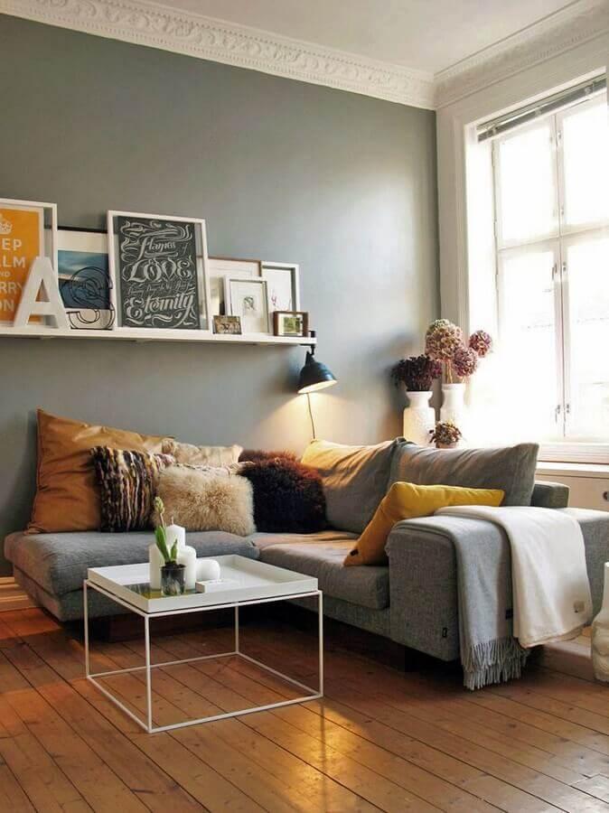 decoração com almofadas para sala com sofá de canto cinza e prateleira para quadros  Foto Decoration De Maison