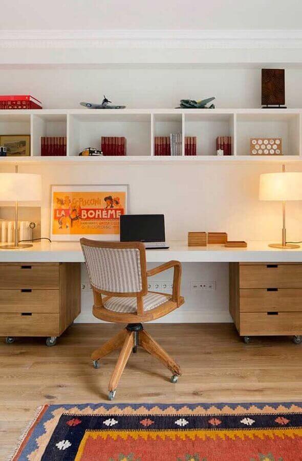 decoração com bancada com gaveteiro de madeira e cadeira de estudo com braço Foto Pinterest