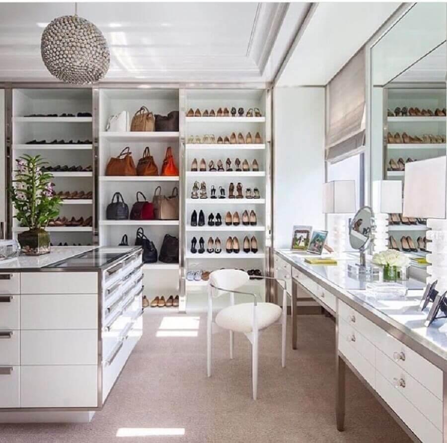 decoração com cadeira moderna para closet grande com penteadeira e ilha Foto Pinterest