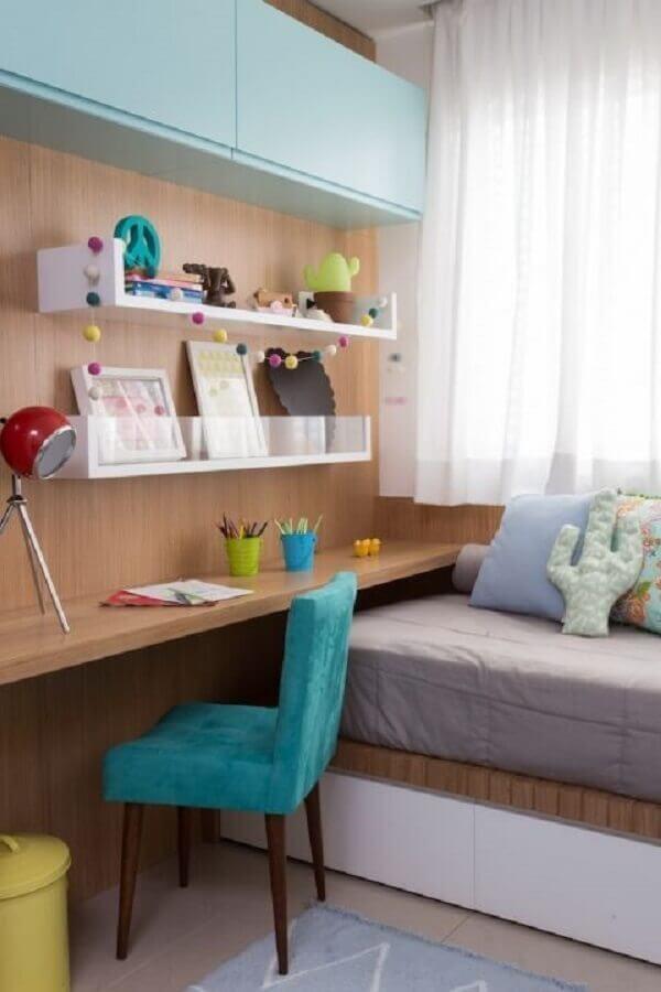 decoração com cadeira para quarto feminino com bancada de madeira Foto NaToca Design