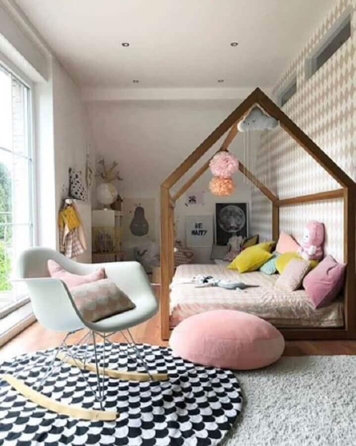 decoração com cama montessoriana e cadeira para quarto feminino infantil Foto Pinterest