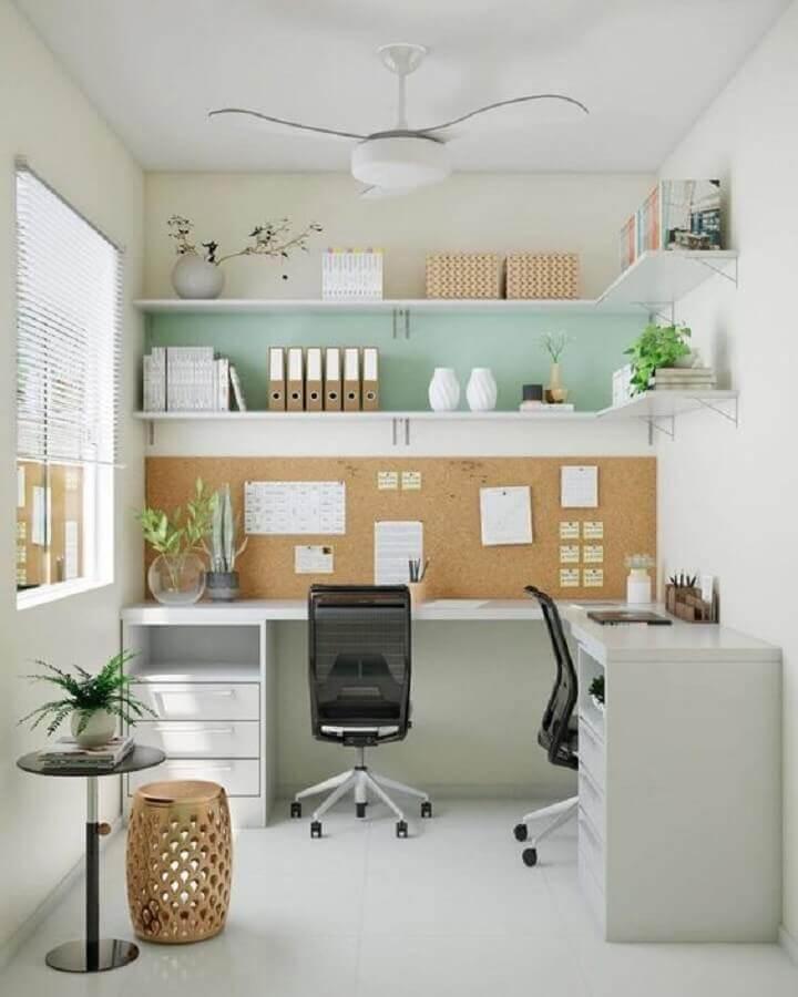 decoração com escrivaninha de canto branca e cadeira de estudar confortável Foto Histórias de Casa