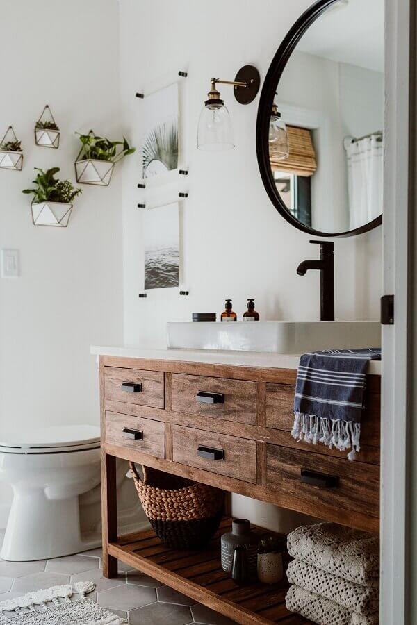 decoração com luminária de parede para banheiro com gabinete de madeira rústica Foto Decoholic