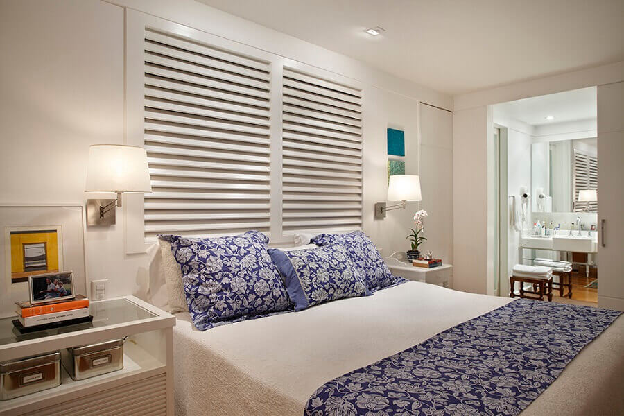 decoração com luminária de parede quarto todo branco Foto Brise Arquitetura e Interiores