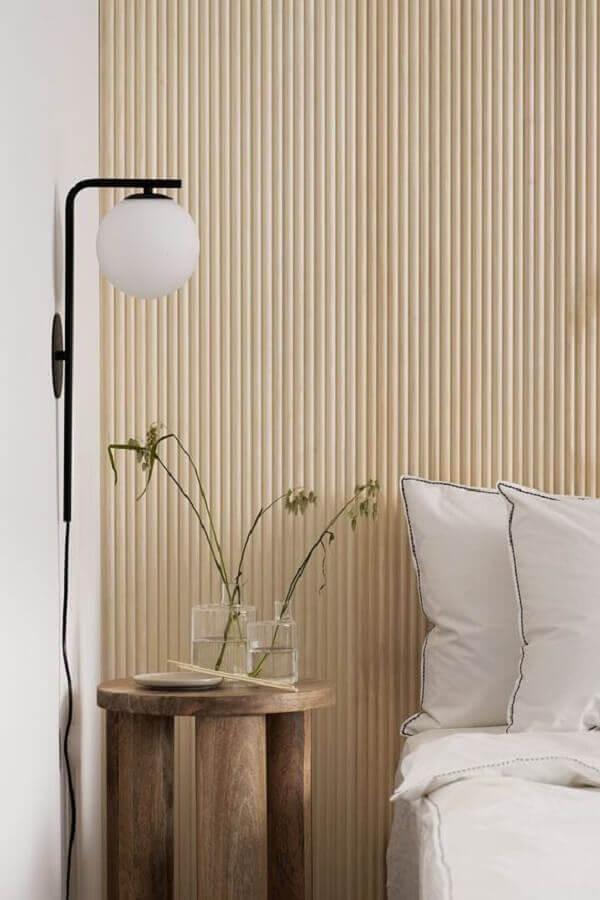 decoração com mesa de cabeceira rústica e luminária de parede para quarto Foto Coco Lapine Design