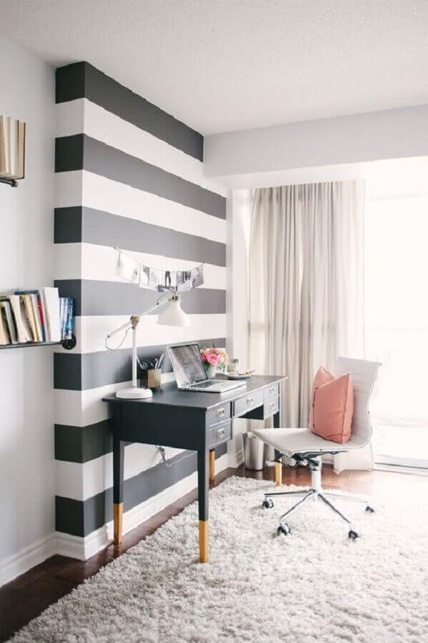 décoration avec papier peint à rayures et table avec tiroirs pour la chambre des femmes Foto Planete Deco