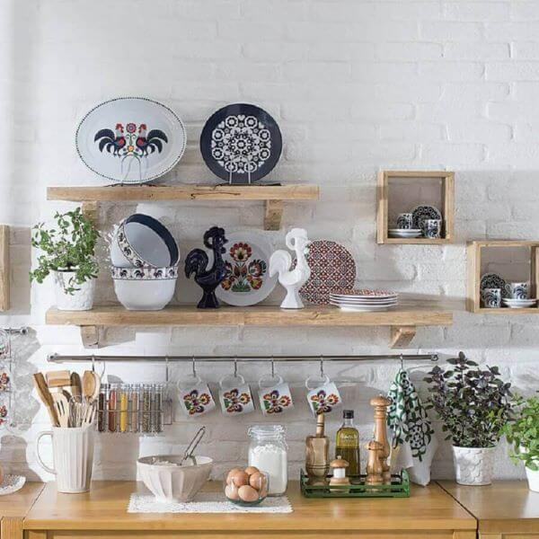 Cozinha com prateleira rústica