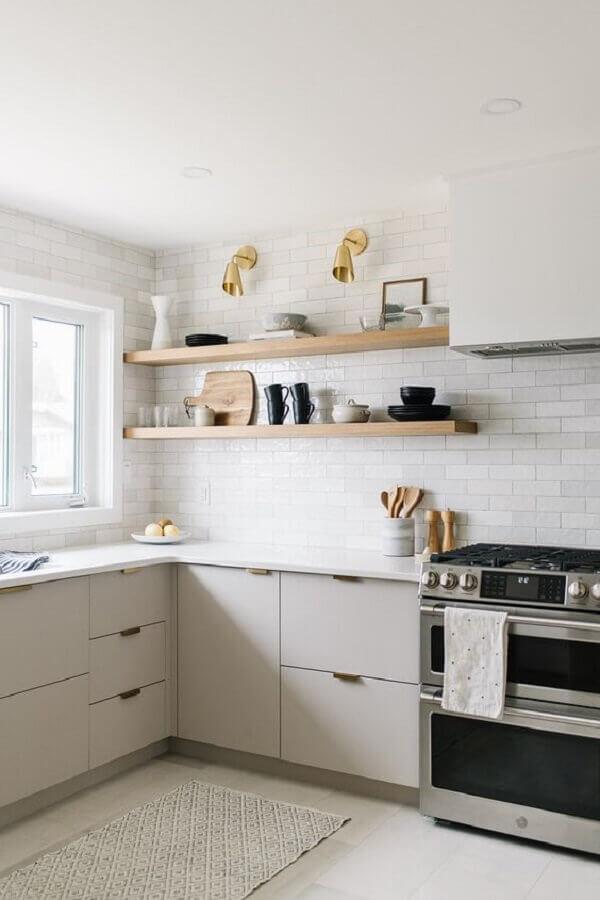 decoração com prateleiras de madeira e balcão de cozinha de canto Foto Editions de l'Arkhan