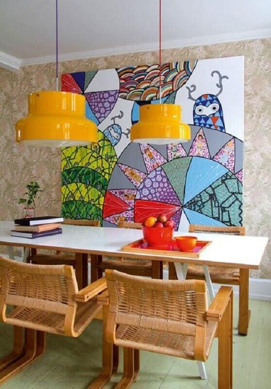 decoração com quadro grande para sala de jantar com cadeiras de madeira Foto Homify
