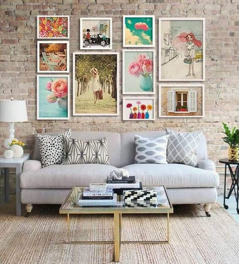 decoração com quadros na parede da sala com parede de tijolinho Foto Pinterest