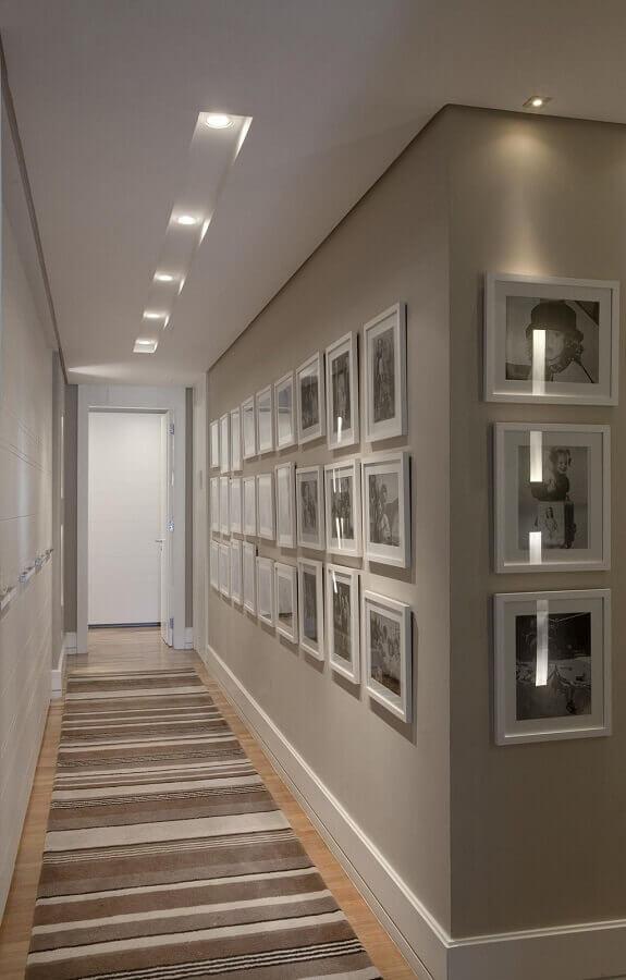 decoração com quadros na parede de corredor Foto Conexão Decor