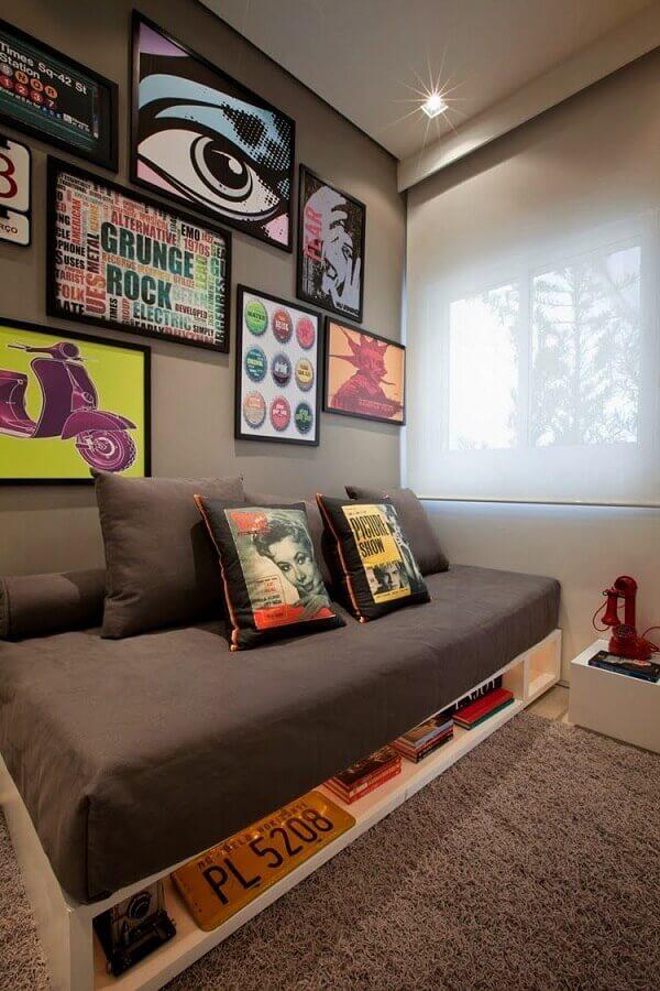 decoração com quadros na parede de quarto cinza moderno Foto Archzine