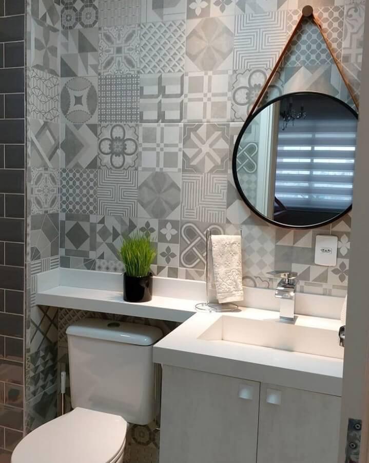 decoração com revestimento cinza para banheiro com espelho redondo Foto Pinterest