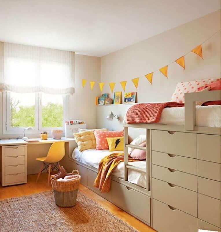 decoração com varal de bandeirinhas e cadeira para escrivaninha de quarto feminino planejado Foto PUFIK Interiors & Inspirations