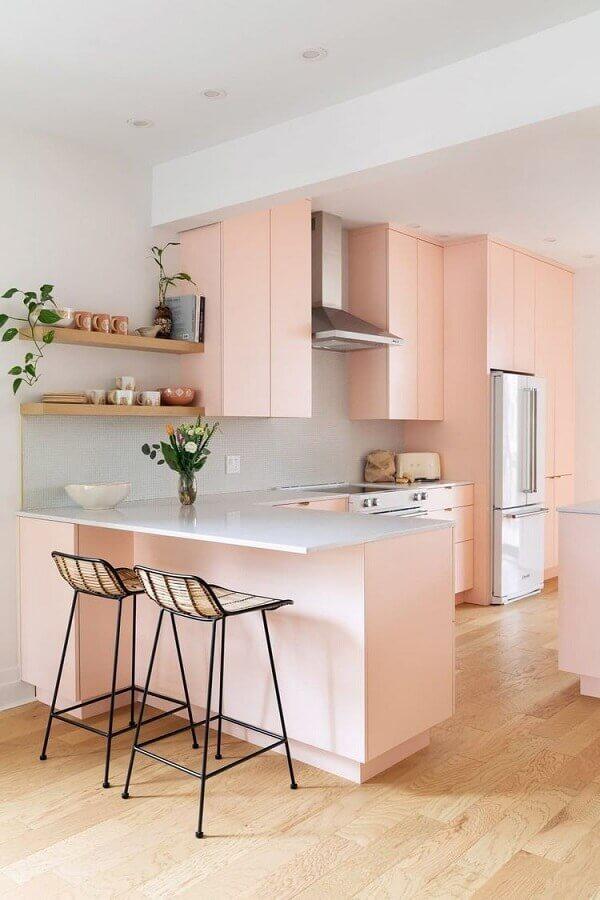decoração cor rosa claro para cozinha com balcão em L Foto Apartment Therapy