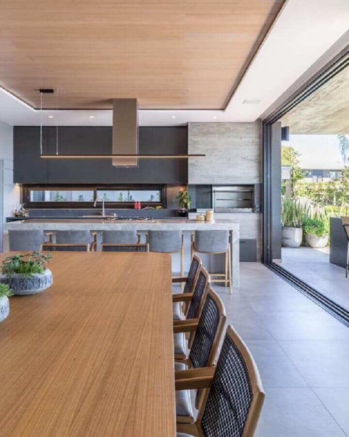 decoração de área gourmet moderna externa com ilha e churrasqueira Foto Arkpad