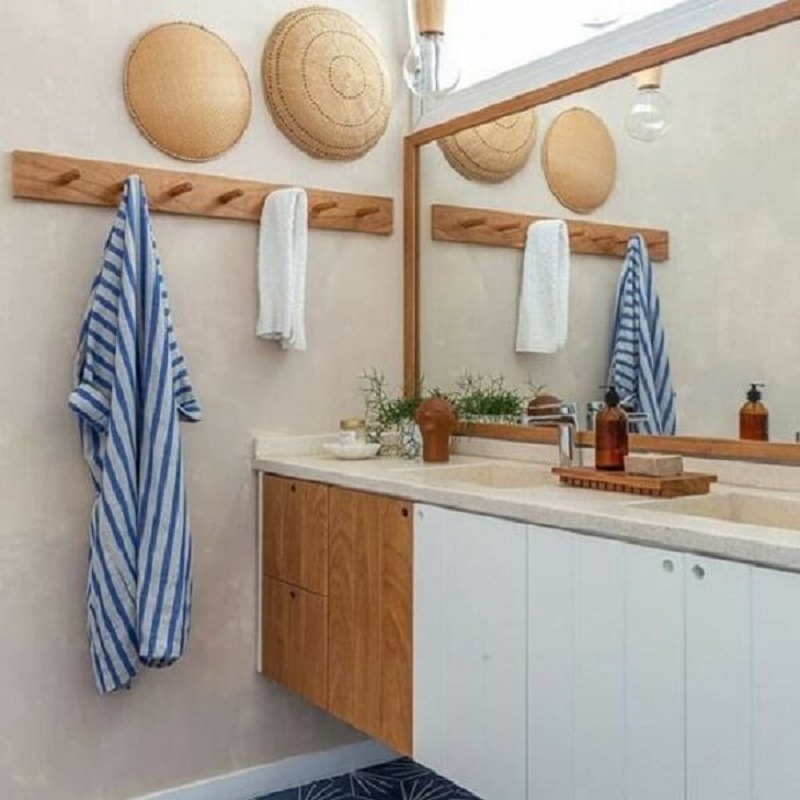 decoração de banheiro com cabideiro de parede de madeira  Foto Pinterest