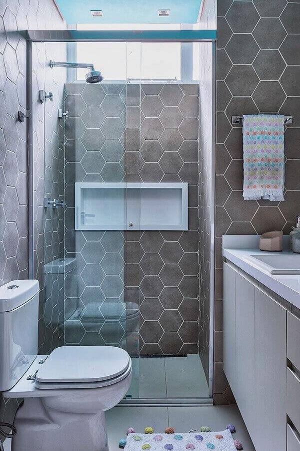 decoração de banheiro pequeno com revestimento hexagonal cinza Foto Casa de Valentina
