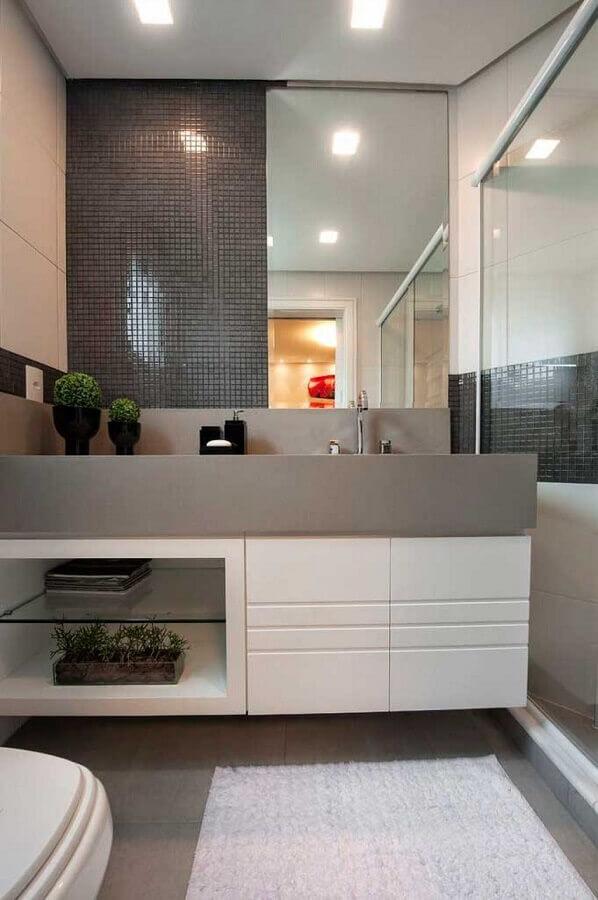 decoração de banheiro planejado com revestimento cinza Foto Back Arquitetura & Consultoria