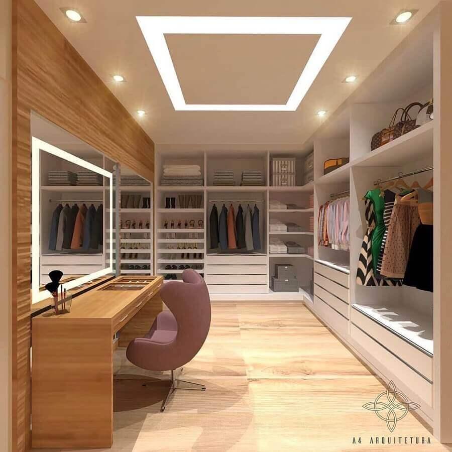decoração de closet casal com penteadeira de madeira Foto A4 Arquitetura