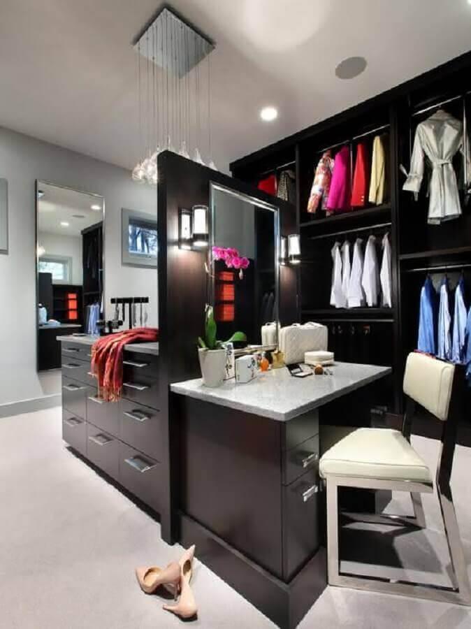 decoração de closet planejado com penteadeira e armários pretos Foto Home Fashion Trend