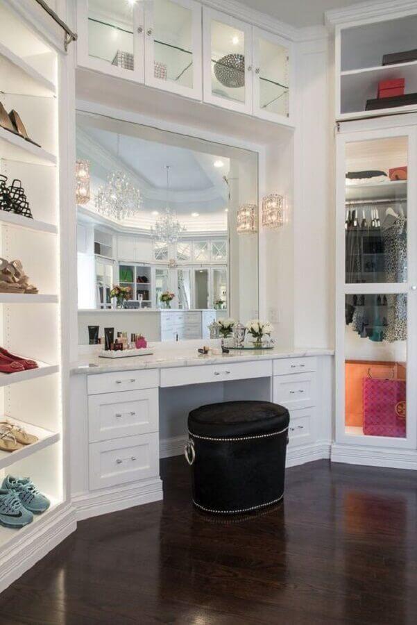 decoração de closet planejado grande com penteadeira Foto Pinterest