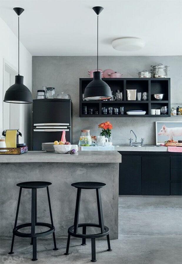decoração de cozinha americana com balcão de cimento queimado e armários pretos Foto Arquiteto de Bolso