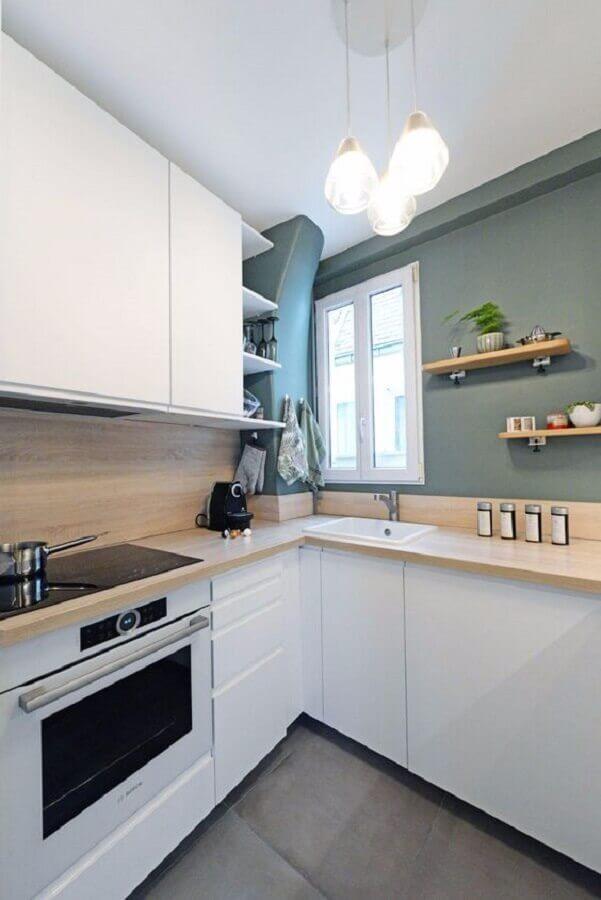 decoração de cozinha branca com balcão de canto de madeira Foto Côté Maison