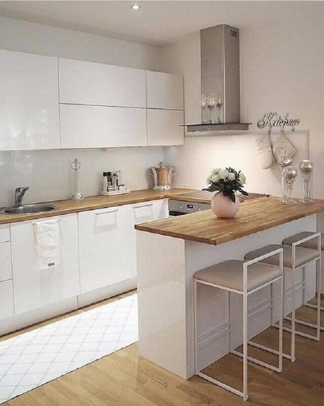 decoração de cozinha branca com balcão de madeira Foto Pinterest