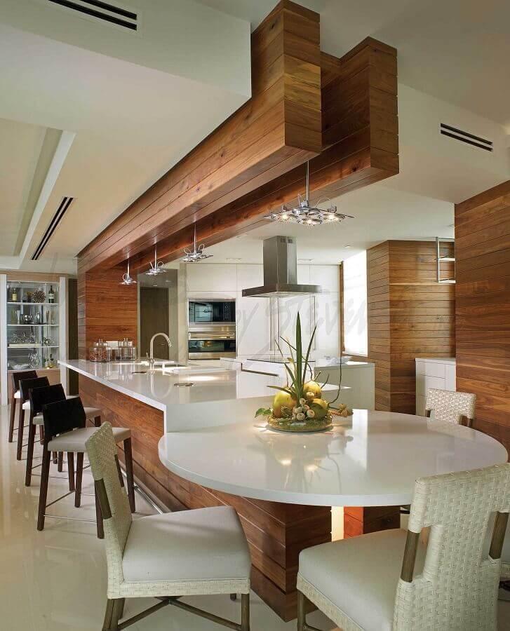 decoração de cozinha com balcão branco planejado com mesa redonda Foto Steven Gambriel Arquitetura