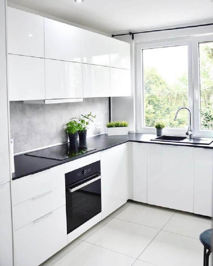 decoração de cozinha com balcão de canto branca e preta Foto Pinterest