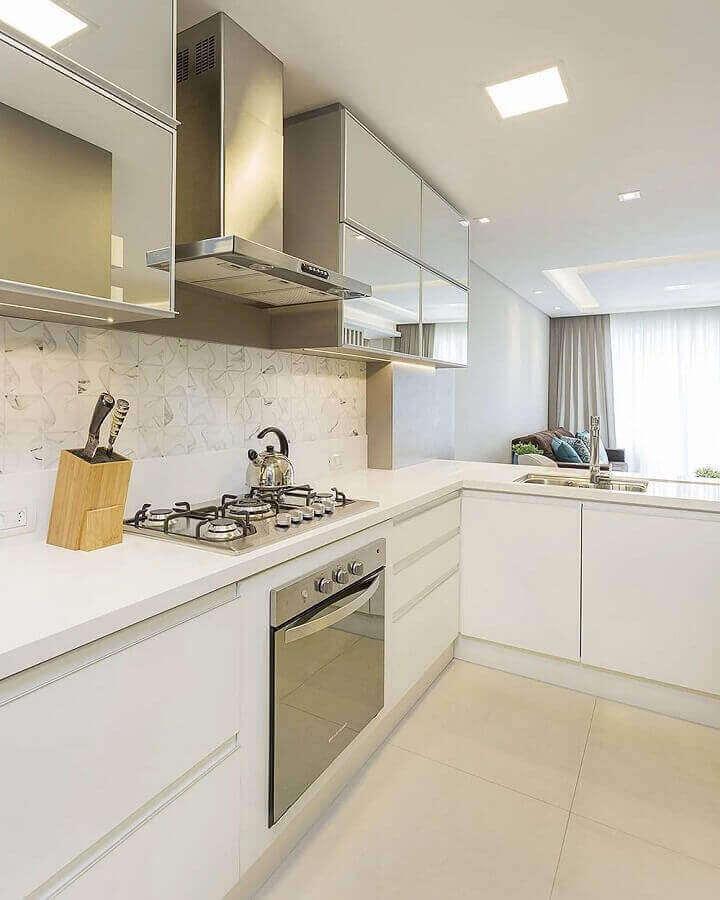 decoração de cozinha com balcão de canto com armário aéreo espelhado Foto Juliana Agner Arquitetura