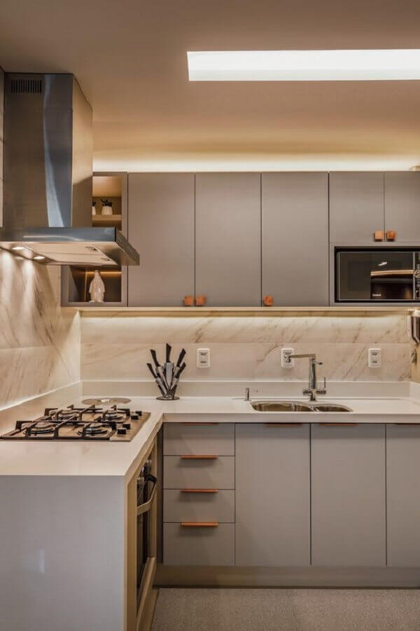 decoração de cozinha com balcão de canto planejada com cooktop Foto Moderne Arquitetura