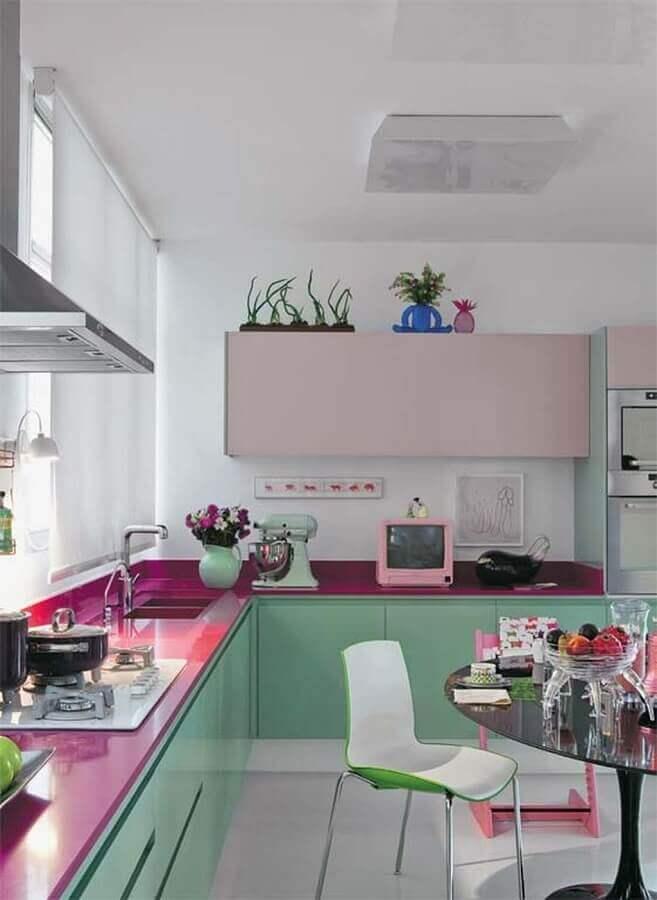 decoração de cozinha com balcão de canto verde e rosa Foto Deavita