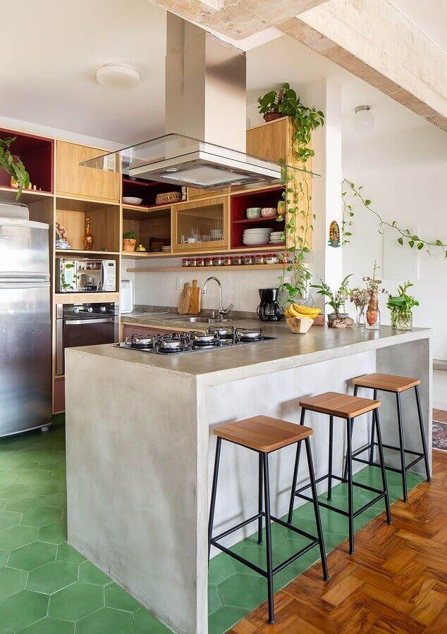 decoração de cozinha com balcão de concreto e armários de madeira Foto Histórias de Casa
