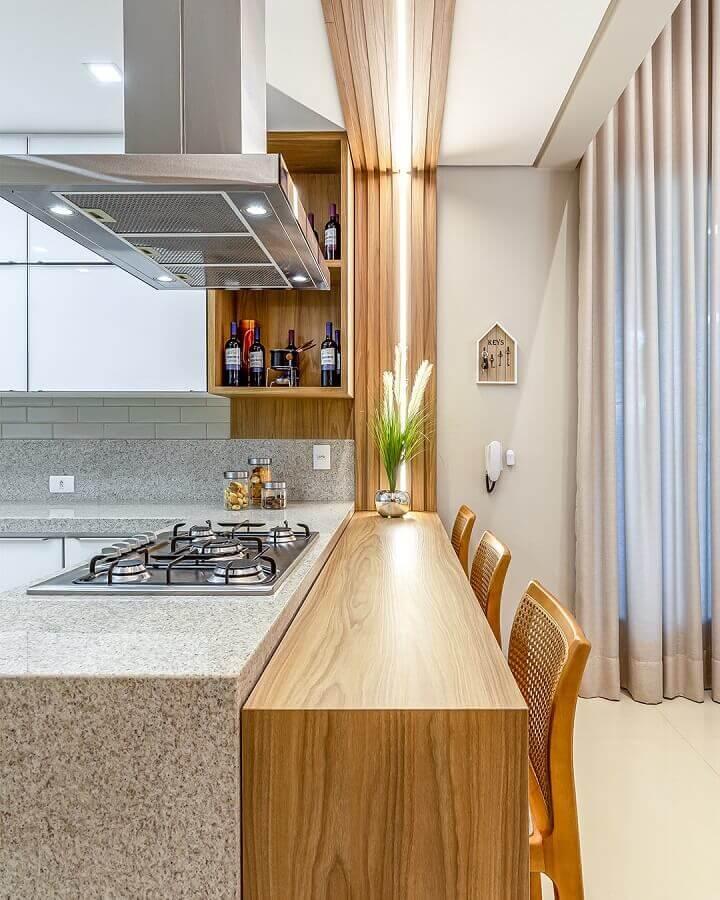 decoração de cozinha com balcão de granito com cooktop e bancada de madeira Foto Decor Salteado